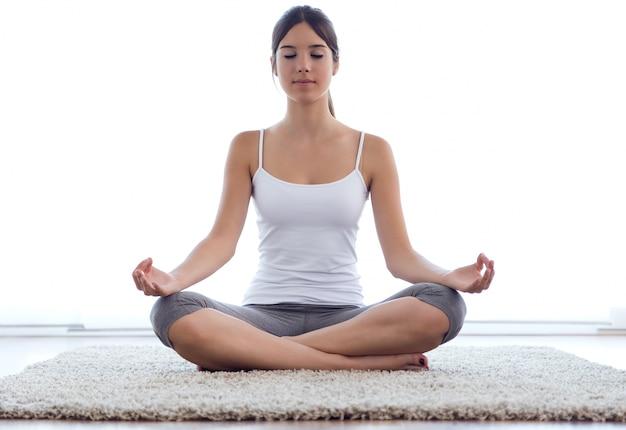 « jeune femme faisant du yoga »