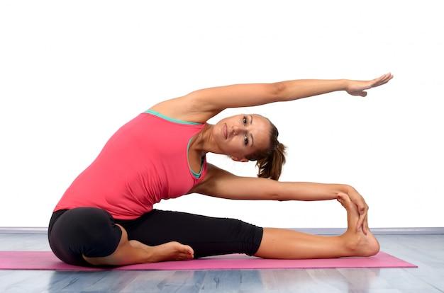 Jeune femme faisant du yoga