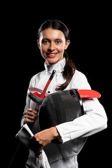 Jeune femme faisant de l'escrime dans un équipement spécial