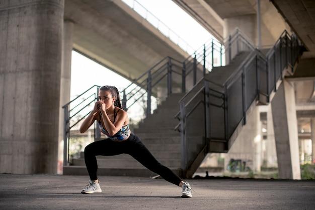 Jeune femme faisant de l'exercice en milieu urbain