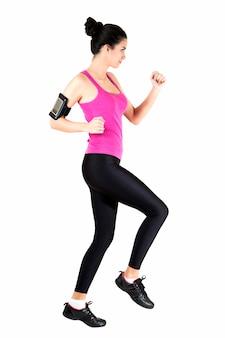 Jeune femme faisant de l'exercice