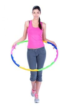 Jeune femme faisant des exercices avec cerceau.