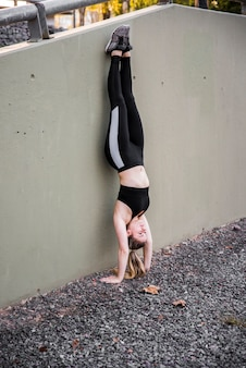 Jeune femme faisant des exercices dans la rue