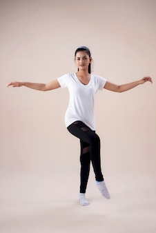 Jeune femme faisant des exercices de danse
