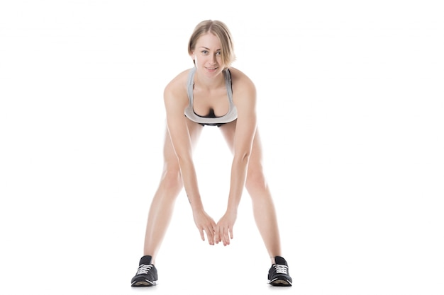 Jeune femme faisant des exercices d'échauffement