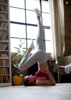 Jeune femme faisant des exercices à la maison
