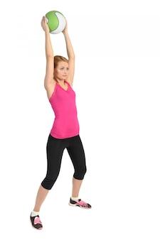 Jeune femme faisant des exercices de médecine-ball