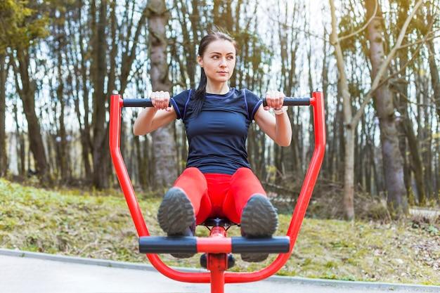Jeune femme faisant des exercices en plein air