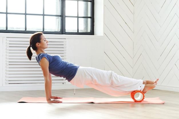 Jeune femme faisant des exercices