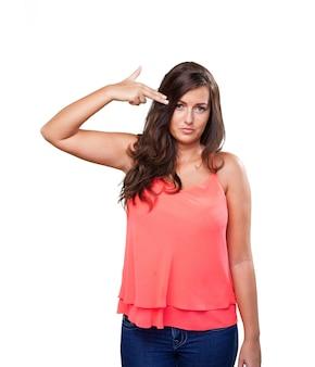 Jeune femme faisant un geste de suicide
