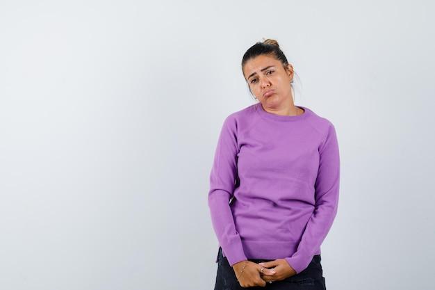 Jeune femme faisant la moue et semblant triste