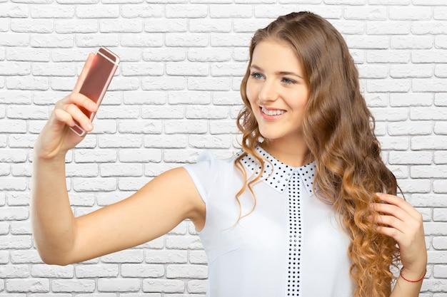 Jeune femme faisant un selfie