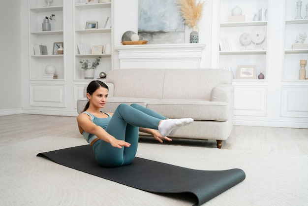 Jeune femme faisant son entraînement sur un tapis de fitness