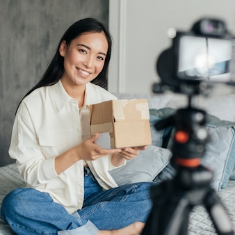 Jeune femme faisant un tutoriel en ligne