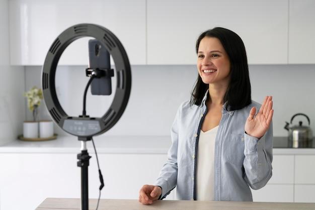 Jeune femme faisant un vlog à la maison