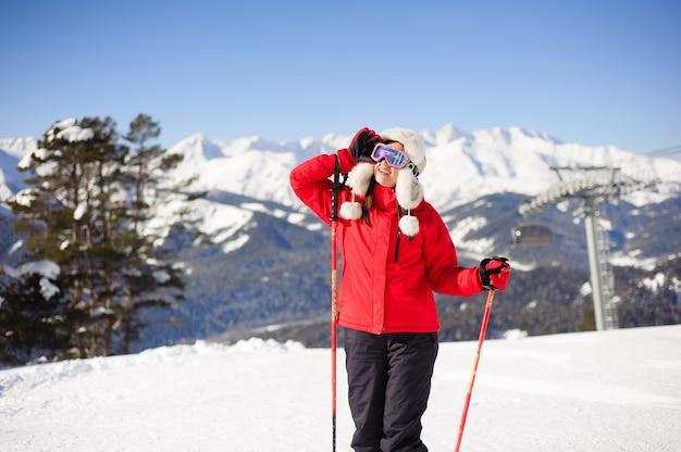 Jeune femme fait du ski à la station de ski