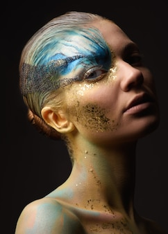 Jeune femme avec fantaisie maquillage
