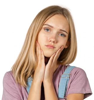 Jeune femme fatiguée blonde