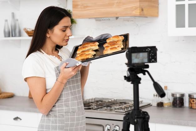 Jeune femme fière de ses pâtisseries