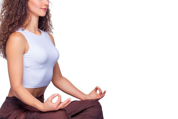 Jeune femme fit faire des exercices de yoga.