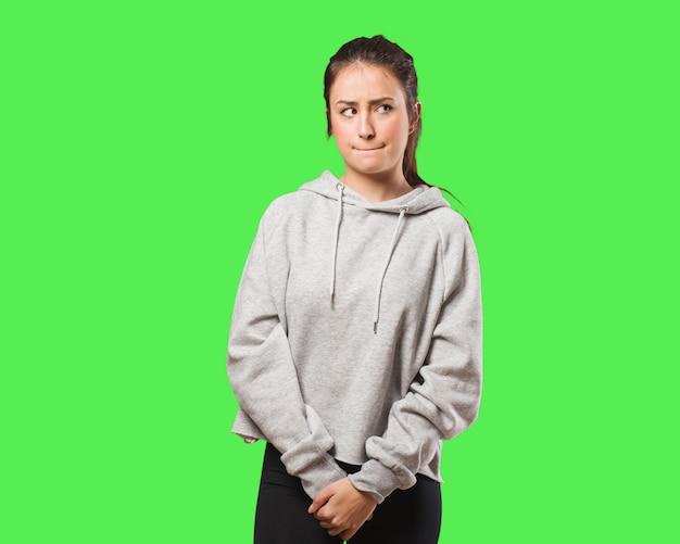 Jeune femme fitness pensant à une idée