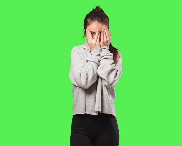 Jeune femme fitness se sent inquiet et effrayé