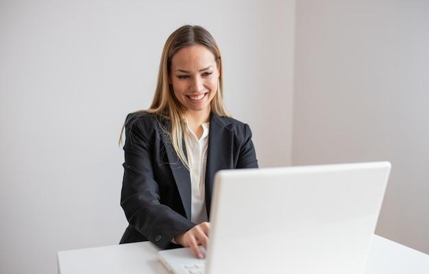 Jeune, femme, fonctionnement, bureau