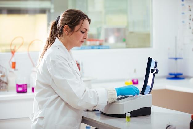 Jeune, femme, fonctionnement, laboratoire