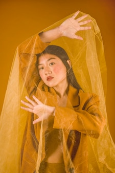 Jeune femme, à, fond jaune