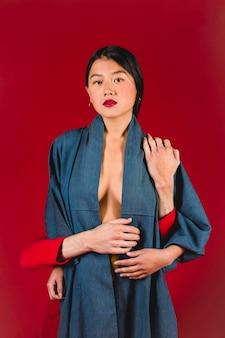 Jeune femme, à, fond rouge
