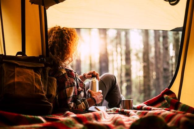 Jeune femme à la forêt avec une tente