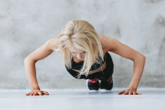 Jeune femme en forme dans la formation de vêtements de sport