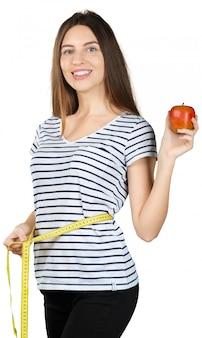 Jeune femme en forme avec un ruban à mesurer isolé sur fond blanc