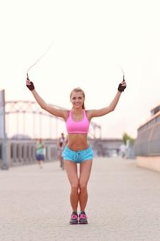 Jeune femme en forme de vêtements de sport à l'extérieur