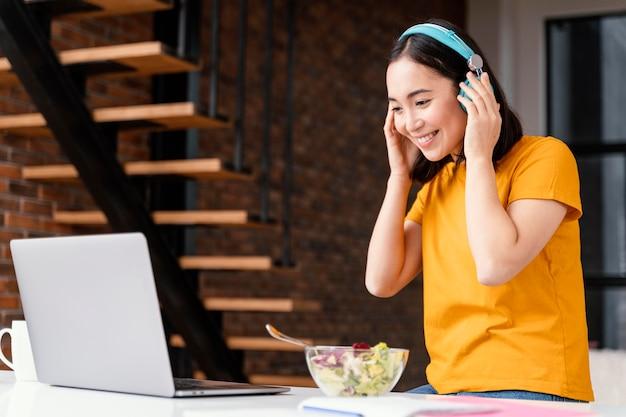 Jeune femme fréquentant des cours en ligne