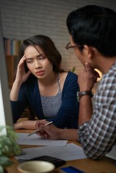 Jeune femme frustrée par les nouvelles sur la faillite de son mari