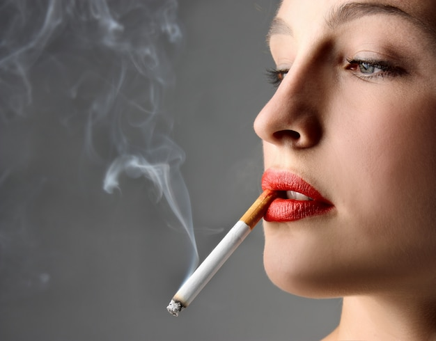 Jeune femme fumant une cigarette