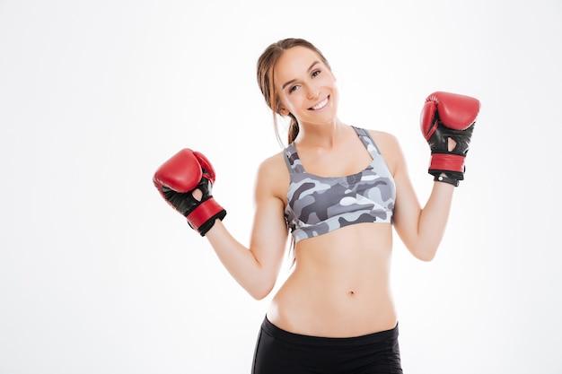 Jeune femme en gants de boxe en studio. . vue de dessus. isolé
