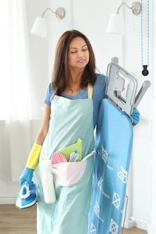 Jeune femme avec des gants en caoutchouc, prêt à nettoyer