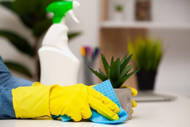 Jeune, femme, gants, nettoyage, bureau, table