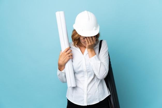 Jeune femme géorgienne architecte avec casque et tenant des plans isolés