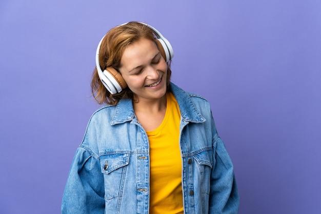 Jeune femme géorgienne isolée à l'écoute de la musique