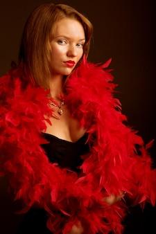 Jeune femme glamour en robe noire