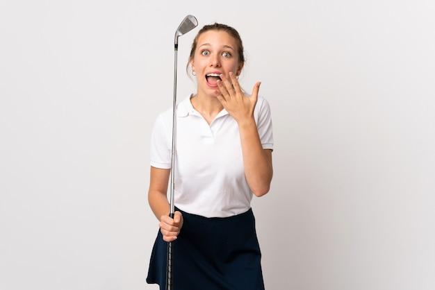 Jeune femme de golfeur sur fond blanc isolé avec une expression faciale surprise