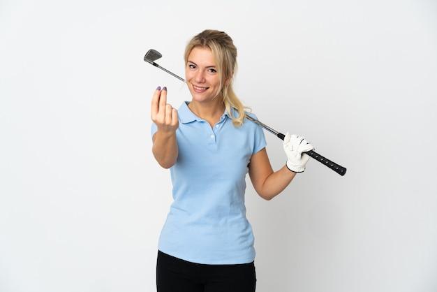 Jeune femme de golfeur russe isolée sur fond blanc faisant le geste de l'argent