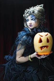 Jeune femme gothique avec citrouille