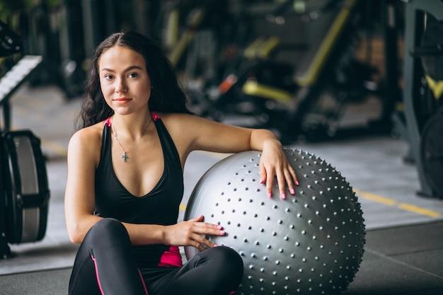 Jeune femme à la gym avec équipement