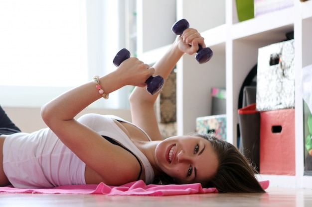 Jeune, femme, gymnastique, exercices