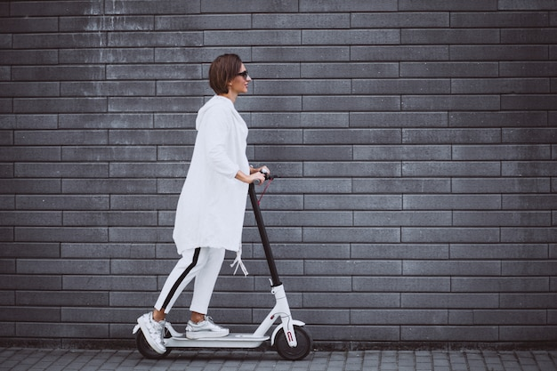 Jeune femme, habillé, blanc, équitation, scooter