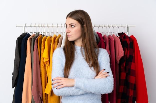 Jeune, femme, habillement, magasin, regarder, côté